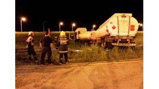 Un camión cisterna con acoplado despistó sobre la autovía 14