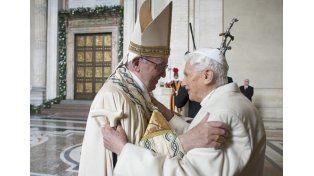 Juntos. Francisco y Benedicto se saludaron al entrar la basílica. Foto: AP