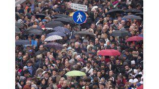 Multitud. Bajo la lluvia se reunieron ayer 70.000 fieles. Foto: AP