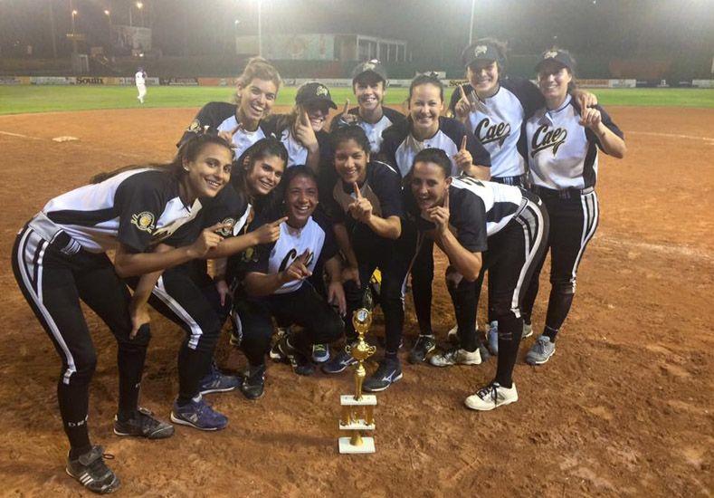 El festejo de las chicas del CAE tras ganar la final del torneo.