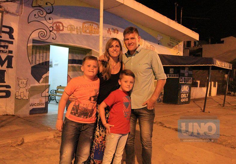 Bértoli junto a sus dos hijos y su señora tras el gran logro del domingo. Foto UNO/Diego Arias