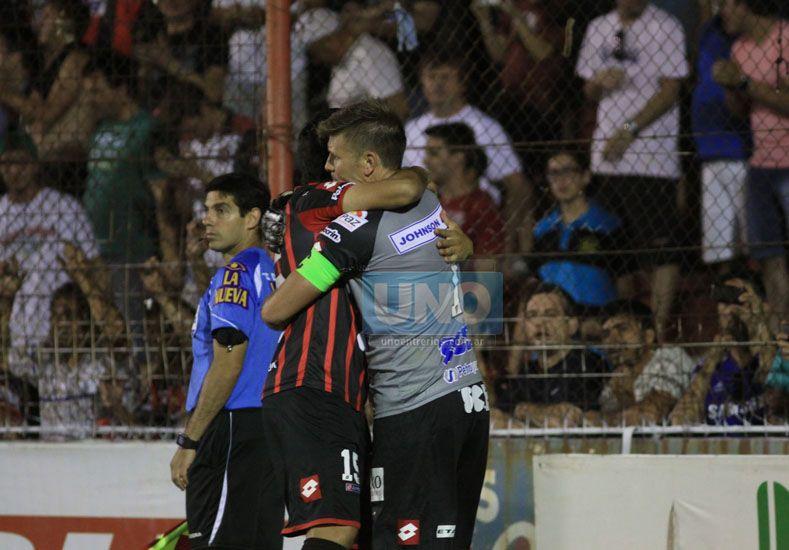 Abrazado. El Seba se abrazó con Marcelo Guzmán en busca de apoyo. Foto UNO/Juan Ignacio Pereira