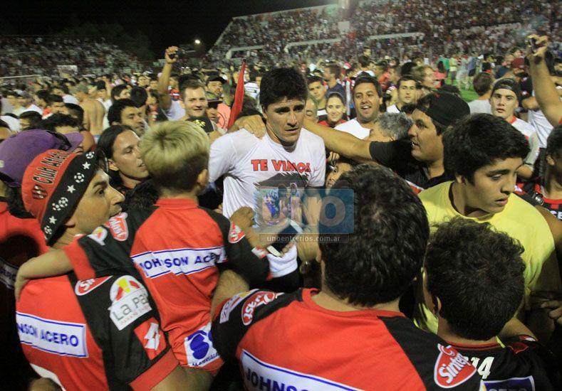 Matías Quiroga es saludado por los hinchas que estaban exultantes.  Foto UNO/Juan Ignacio Pereira