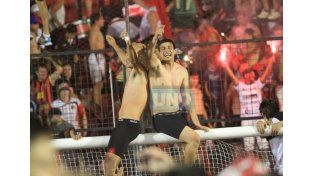 Quintana y Bossio subidos en el arco celebrando el ascenso.  Foto UNO/Juan Ignacio Pereira