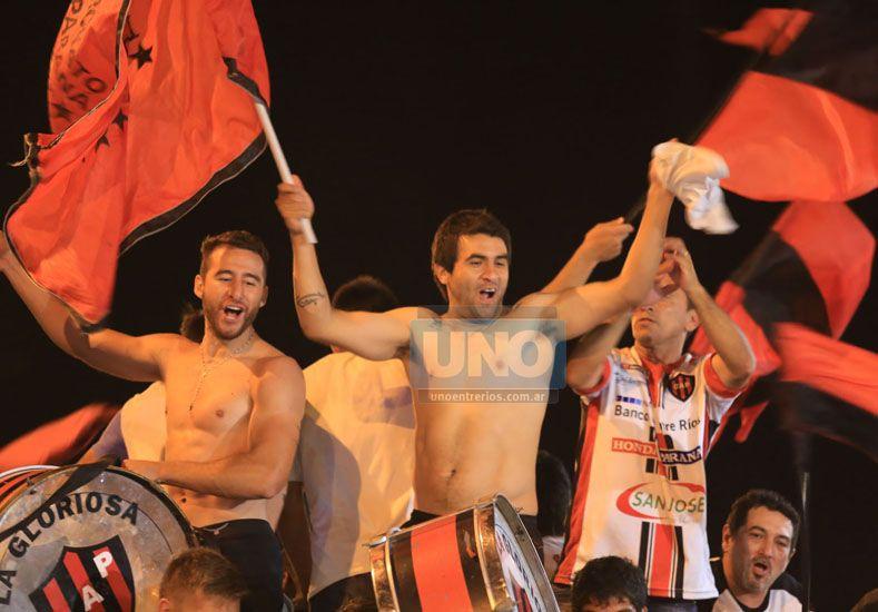 Alejandro Almada y Marcelo Guzmán festejan en la Plaza.  Foto UNO/Diego Arias