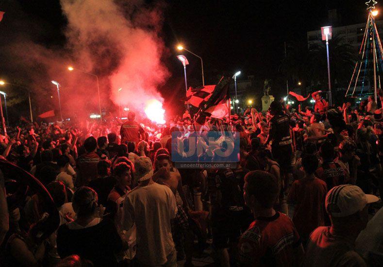 Los hinchas celebraron en un lugar emblemático de la capital provincial.  Foto UNO/Diego Arias