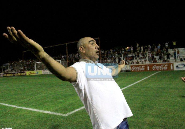 Delfino lo festeja de cara a la platea del Grella. El DT fue el conductor para llegar a la A.  Foto   UNO/Juan Ignacio Pereira