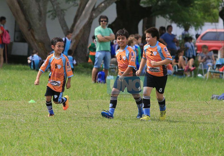 Los pequeños de Belgrano con alegría ingresando a la cancha.   Foto UNO/Diego Arias
