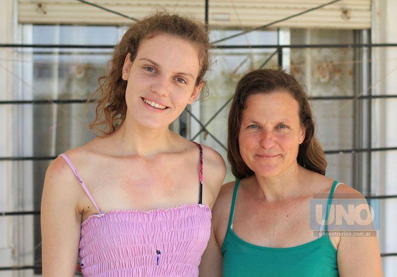 Jesica y Nora. Ambas ponderaron que el centro de salud permanece mucho tiempo cerrado.   Foto UNO/Juan Ignacio Pereira