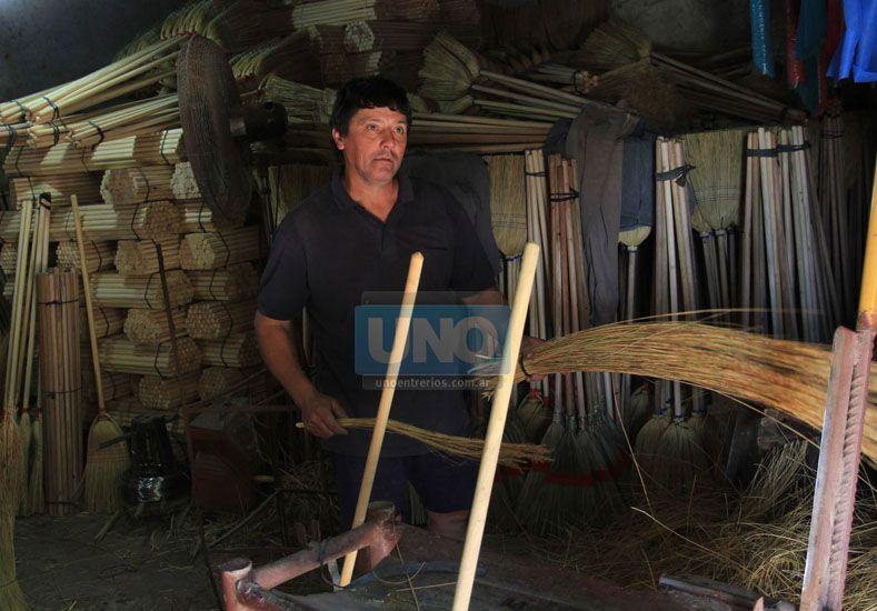 Roberto Miguel López en la escobería.  Foto UNO/Juan Ignacio Pereira