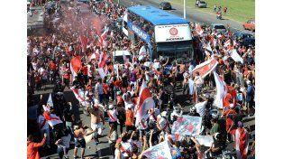 Miles de hinchas despiden al equipo de Gallardo antes del viaje a Japón.   Foto: Télam