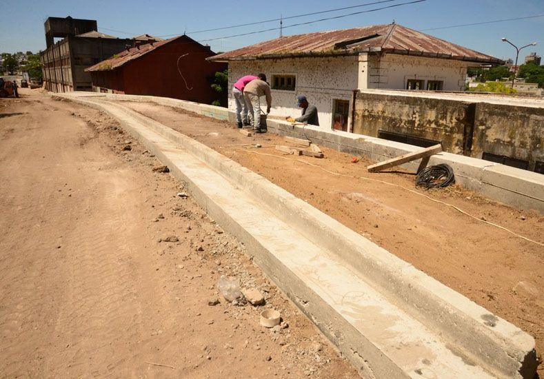 Detrás de galpones y escuela. Se construye la nueva traza vial que lleva a la costa.