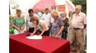 La intendenta Osuna firmó el contrato para la ejecución de la obra de red cloacal en barrio Parque Mayor.