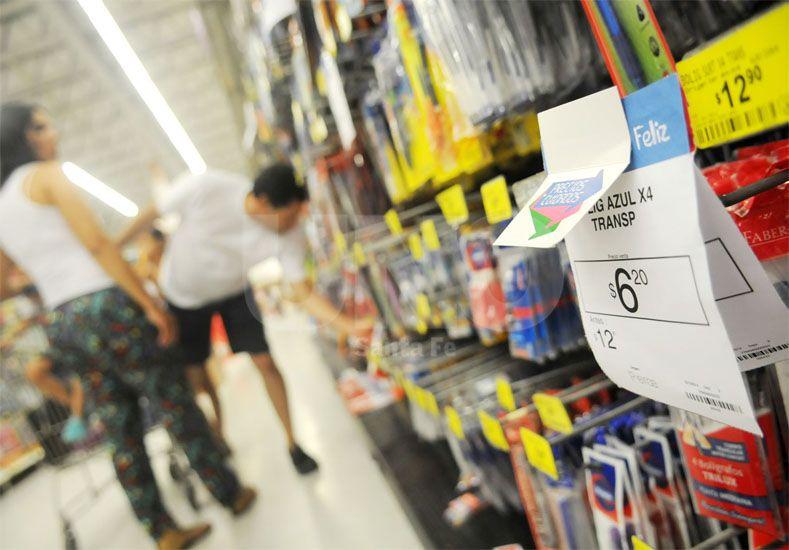 Detalles. Los consumidores pasean por las góndolas buscando precios y mercaderías accesibles / Foto: Manuel Testi - Uno Santa Fe