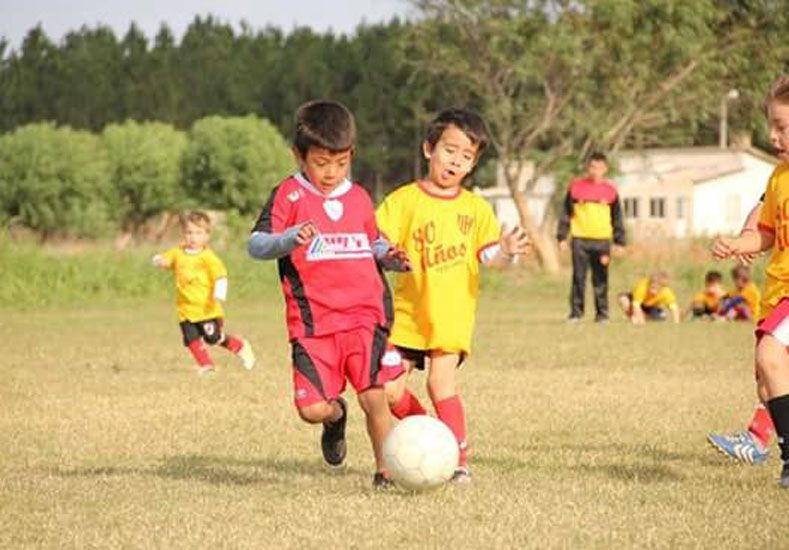 El correr detrás de la pelota generó la alegría de centenares de niños.