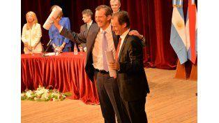 Sonrisas. Adán Bahl y Gustavo Bordet se estrecharon en fuerte abrazo al recibir sus diplomas.