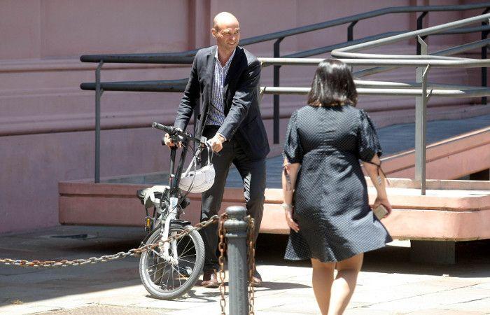 Todo el mundo habla de la llegada de Dietrich en su bicicleta