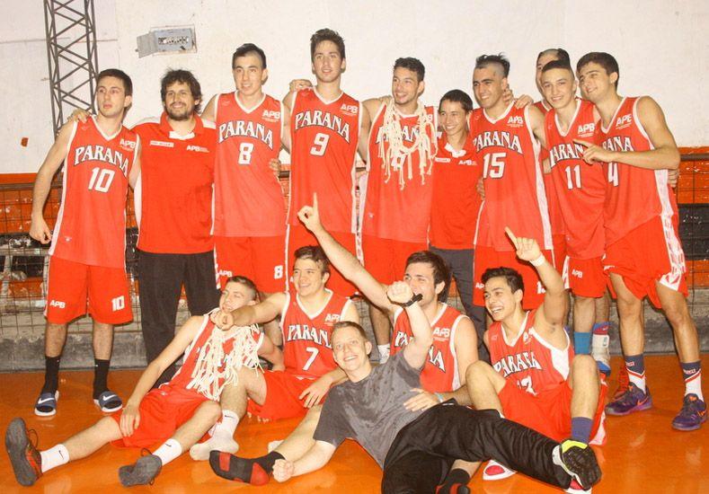 El momento de la celebración de los jóvenes tras imponerse en el juego definitivo. Foto Gentileza/Prensa APB