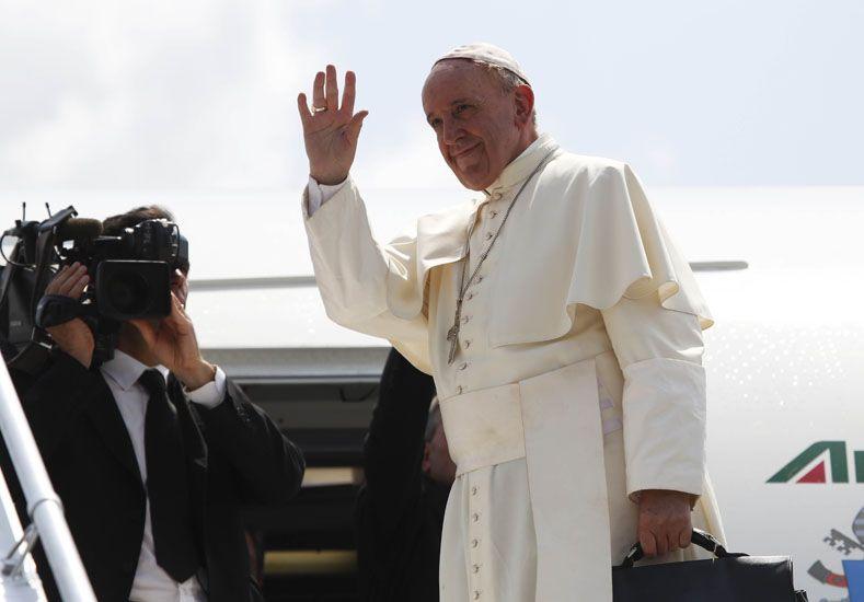 El Papa se negó a responder sobre el uso de condones para prevenir el Sida