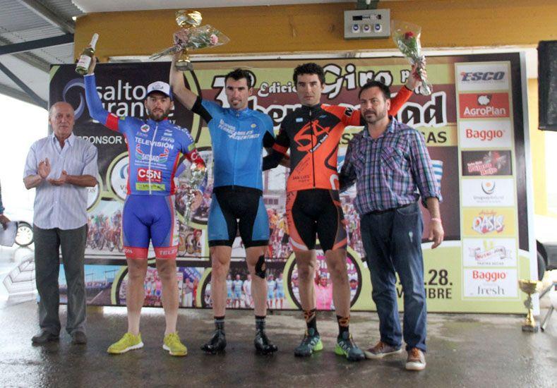 En el podio. Los tres primeros clasificados en la jornada de ayer junto a los organizadores de la prueba internacional. (Foto gentileza Giro por la Hermandad)