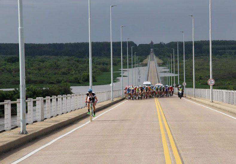 El puente que une Gualeguaychú y Fray Bentos fue testigo del arranque.    Foto Gentileza/Giro por la Hermandad