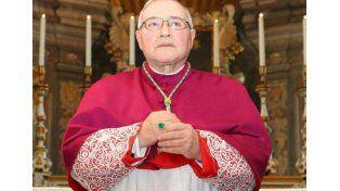 El obispo italiano le deseó un pronto final para el papa Francisco y agitó la polémica