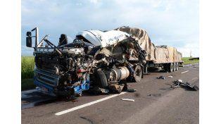 Chocaron de frente camiones y murió un conductor brasileño
