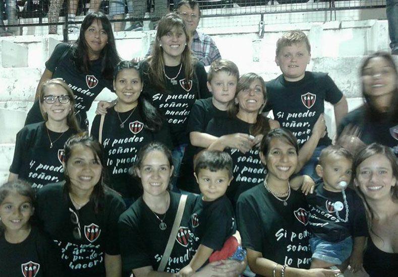 Apoyo con amor. Las esposas y novias de los jugadores de Patronato con una remera de apoyo por la gran campaña.