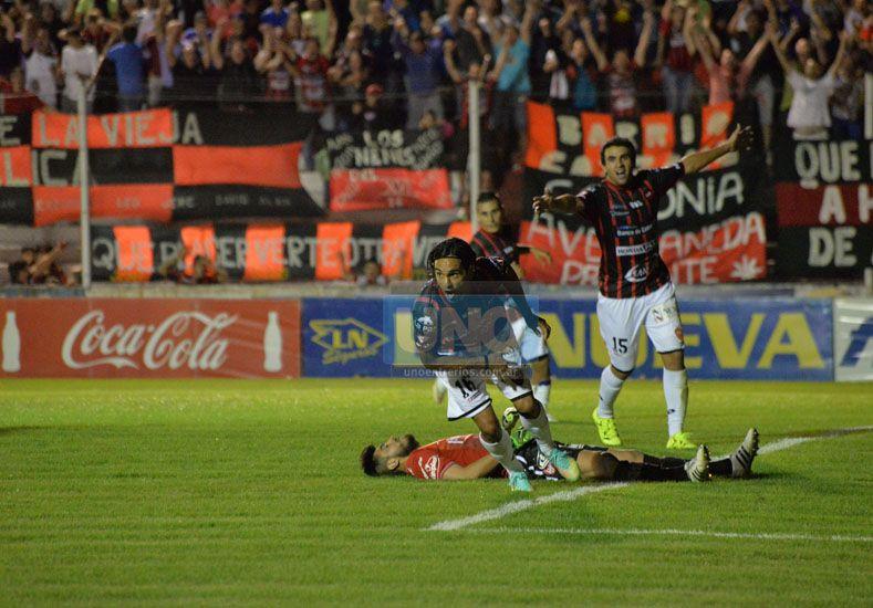 El remate de Becerra ingresó en la red . El volante se llena la garganta de gol. Lo disfruta Guzmán. Lo sufre Hoyos