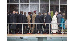 El papa exhortó a kenianos a trabajar por la paz