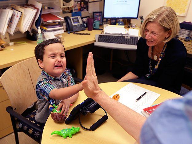 Niño nacido sin voz habla con aparato fonador reconstruido