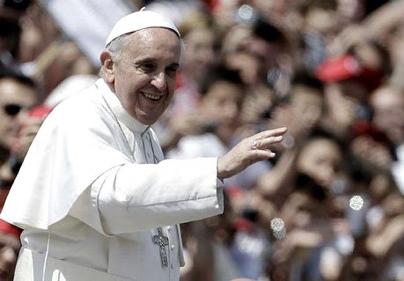 Desoyendo advertencias, el Papa llega por primera vez a África