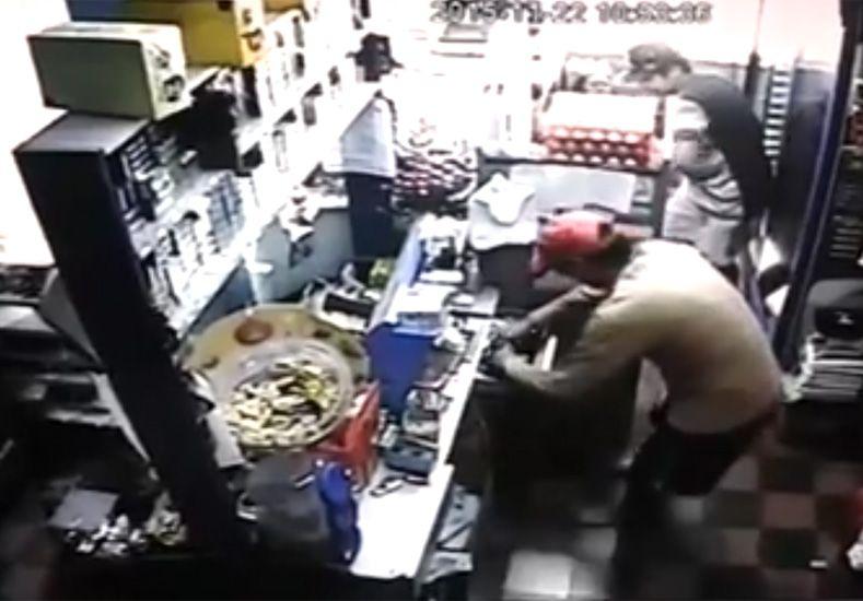 Se conoció el video del asalto a una despensa en el barrio Anacleto Medina