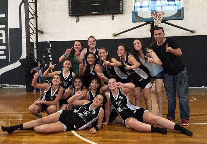 No podía faltar. En el marco de los festejos no podía quedar afuera la selfie entre las integrantes del equipo ganador.  Foto Gentileza/Prensa APBF