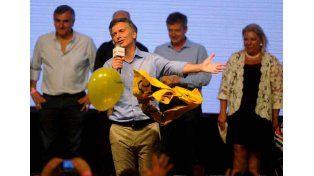 Festejos. Macri ensayó anoche nuevos pasos y bailó con Michetti. Detrás