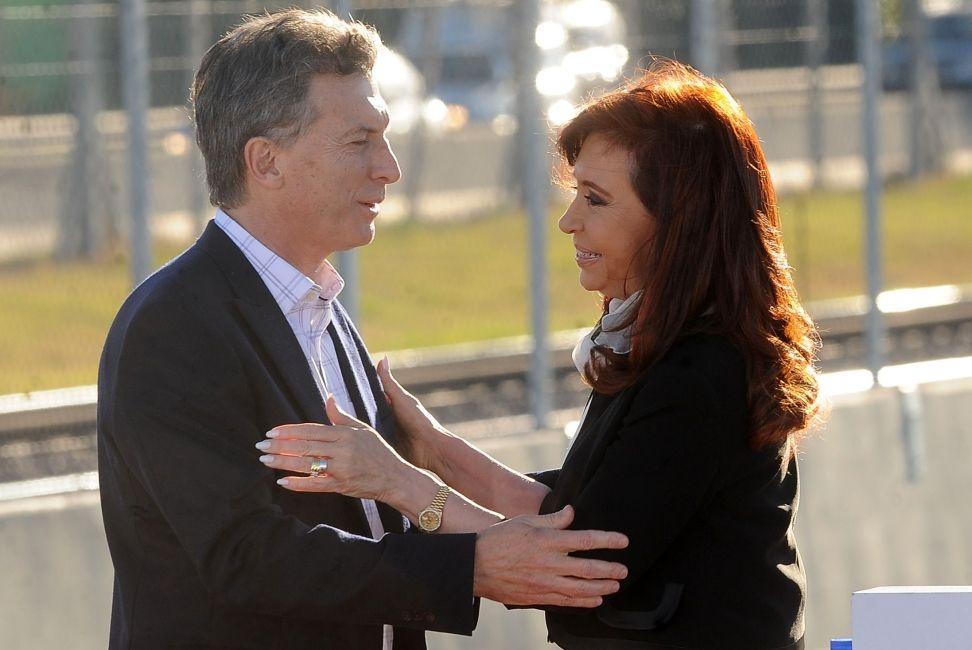 Cristina llamó a Macri para felicitarlo y ambos se reunirán en Olivos el martes