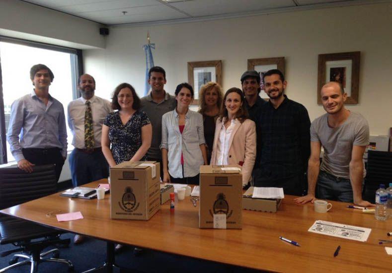 Argentinos en el exterior votan en embajadas y consulados