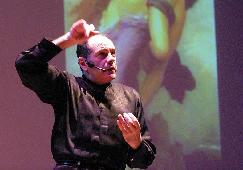 Pasión. Marcelo Arce atrapa al público con las historias ocultas detrás de cada obra musical.  Foto UNO/Diego Arias