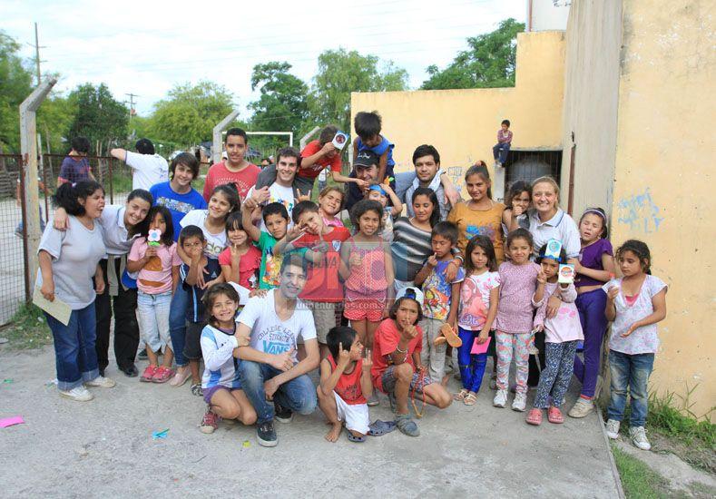 Sonrisas generosas. Comparten un espacio para que los niños transiten felices su infancia. Foto UNO/Diego Arias