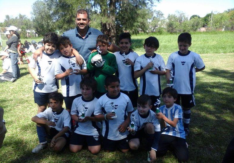 Los chicos de la 2007 de Universitario con sus trofeos.