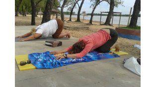 Volvió el yoga a la playa del Municipal