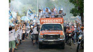 Scioli encabezó una multitudinaria caravana en Paraná
