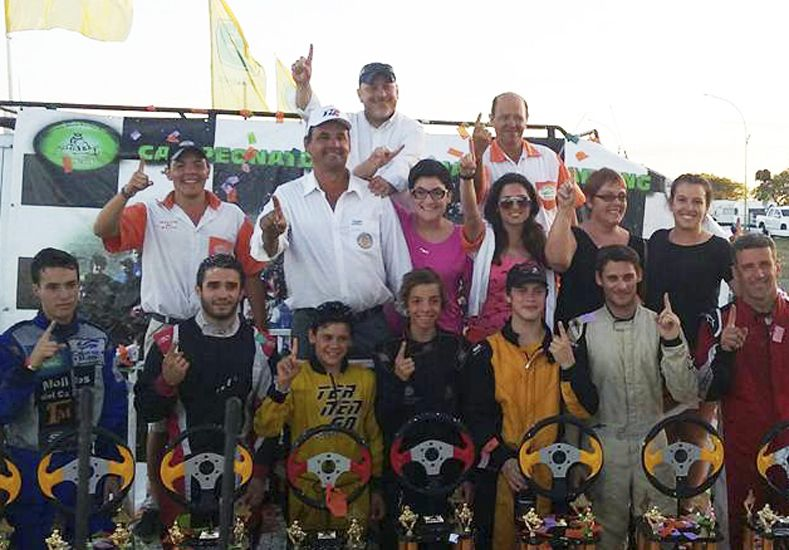 Los ocho campeones que arrojó la temporada 2015 del Karting Entrerriano posaron tras la actividad.