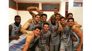 El festejo del equipo en el vestuario del Polideportivo Carlos Cerutti de Córdoba.
