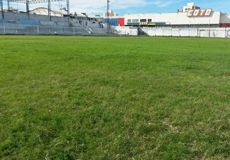 Todo listo. El campo de juego del club Peñarol se encuentra en perfectas condiciones para el clásico ante Sportivo Urquiza.  Foto Gentileza/José García