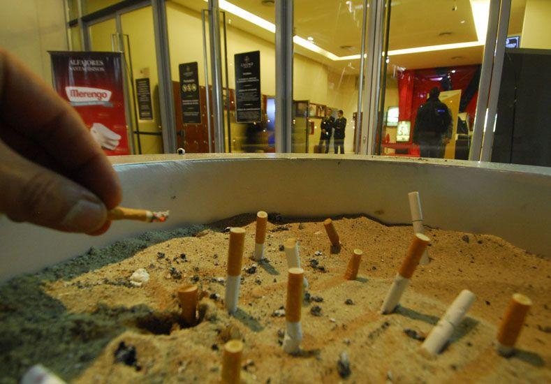 Mal hábito. El cigarrillo causa cáncer de pulmón.   Foto Internet/ilustrativa
