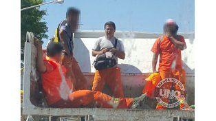 Escandalosas fotos de un municipal armado a bordo de un camión
