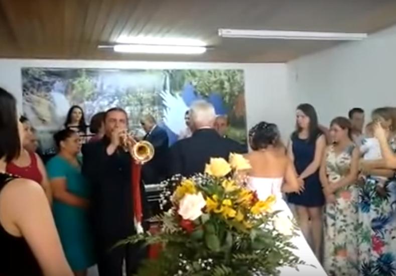 Contrataron a un trompetero barato para su casamiento y mirá lo que pasó