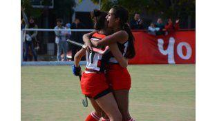 Abrazadas. Las dos jugadoras de Talleres festejando uno de los goles marcados ante Paraná Hockey en su cancha.