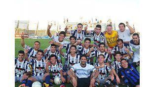 Los jugadores del Decano uruguayense celebraron el campeonato en su cancha.